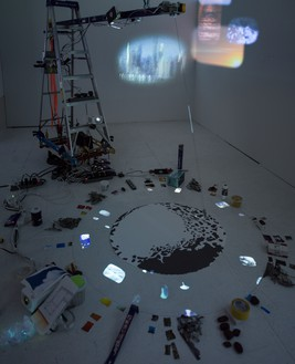 Sarah Sze, Travelers by Streams and Mountains, 2021 Mixed media, including archival pigment prints, video projector, and pendulum, 80 × 141 × 115 inches (203.2 × 358.1 × 292.1 cm)© Sarah Sze. Photo: Sarah Sze Studio