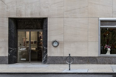 A photograph of the outside of the Gagosian location 976 Madison Avenue, New York