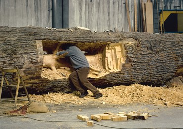 Giuseppe Penone working on Cedro di Versailles (Cedar of Versailles) (2000–03) in Turin, 2000. Artwork © 2018 Artists Rights Society (ARS), New York/ADAGP, Paris. Photo: © Archivio Penone