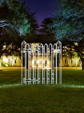 Michael Craig-Martin, Gate (white), 2011, installation view, Windsor, Vero Beach, Florida © Michael Craig-Martin