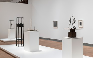 Installation view, Giacometti: Ansikte mot ansikte, Moderna Museet, Stockholm, October 10, 2020–May 30, 2021. Artwork © Succession Alberto Giacometti (ADAGP + Fondation Giacometti), 2021. Photo: Åsa Lundén