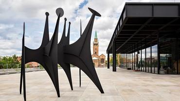Alexander Calder, Têtes et queue, 1965, installation view, Neue Nationalgalerie, Berlin © 2021 Calder Foundation, New York/Artists Rights Society (ARS), New York. Photo: Stephanie von Becker