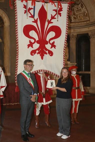Jenny Saville being awarded le Chiavi della Città di Firenze (Keys of the City of Florence) by Mayor of Florence Dario Nardella, Salone dei Cinquecento, Palazzo Vecchio, Florence, Italy, 2021