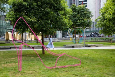 Michael Craig-Martin's installation at Taikoo Park, Hong Kong, 2021. Artwork © Michael Craig-Martin. Photo: courtesy Taikoo Place and Swire Properties