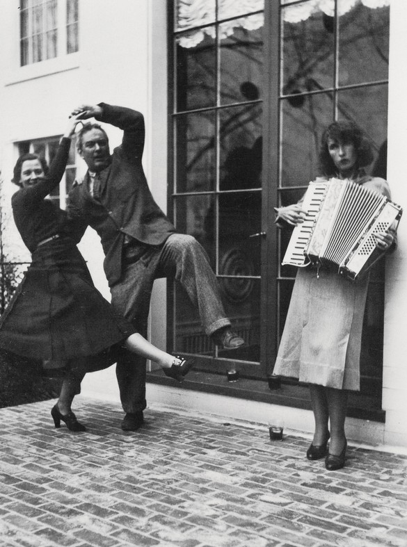 Alexander Calder and Margaret French dancing while Louisa Calder plays the accordion outside James Thrall Soby's house, Farmington, Connecticut, 1936 © 2020 Calder Foundation, New York/Artists Rights Society (ARS), New York. Photo: James Thrall Soby © 2020 Calder Foundation, New York/courtesy Calder Foundation, New York/Art Resource, New York