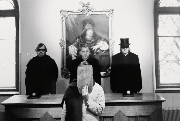 Left to right: Thomas McEvilley, Ulay (hiding behind a slab of wood), Eric Orr, and James Lee Byars, c. 1995 © Ulay, courtesy ULAY Foundation/Artists Rights Society (ARS), New York